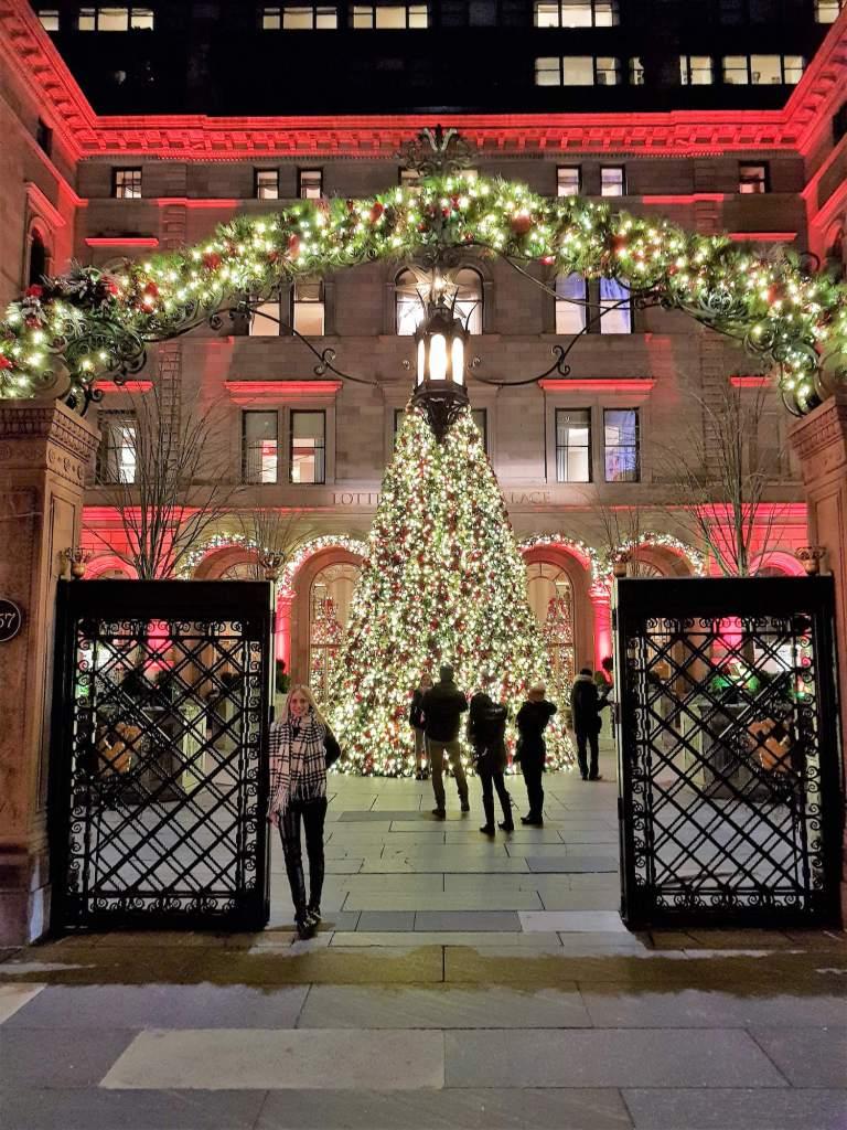 Árbol de Navidad del Lotte Palace New York de noche 1
