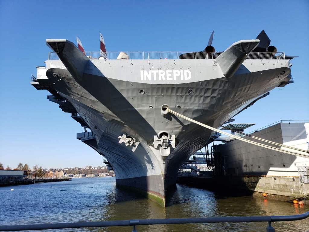 vista de frente del USS Intrepid NYC