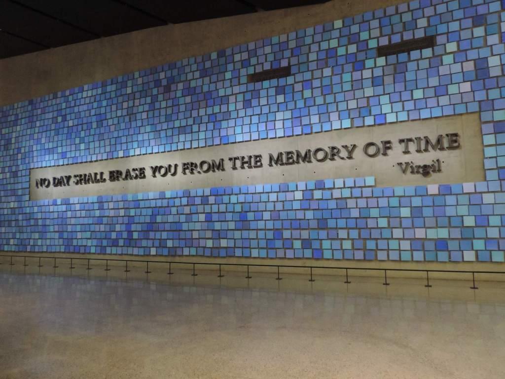 enorme mural de azulejos azules en Museo del 11-S