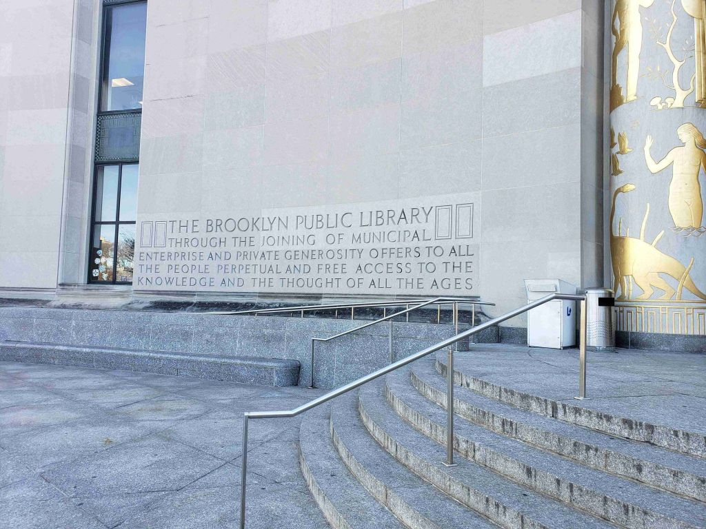 Lado izquierdo del Frente de la Biblioteca Pública de Brooklyn
