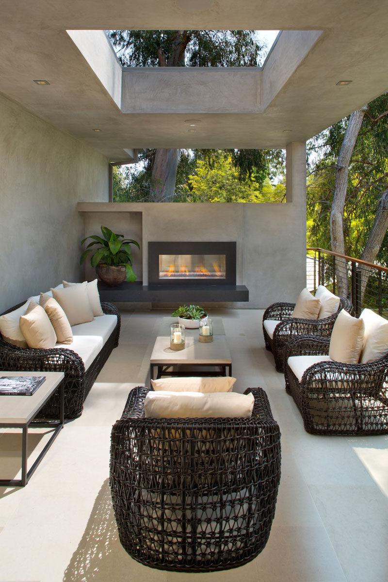 Este salón al aire libre parcialmente cubierta tiene una chimenea para disfrutar cuando hace frío.
