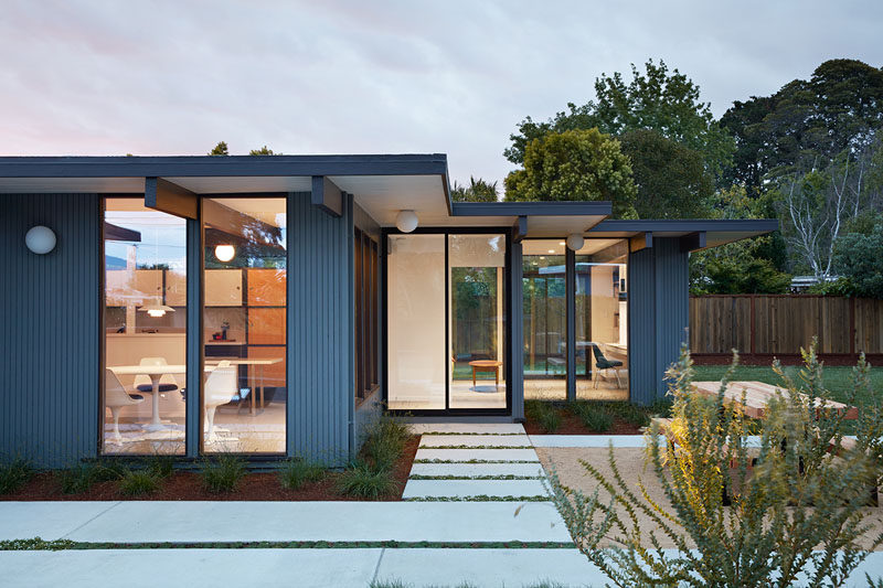 Klopf Architecture, Outer Space Landscape Architects, and Coast to Coast Construction, have recently updated and expanded a classic Eichler home in the San Mateo Highlands, California. #Eichler #HouseExtension