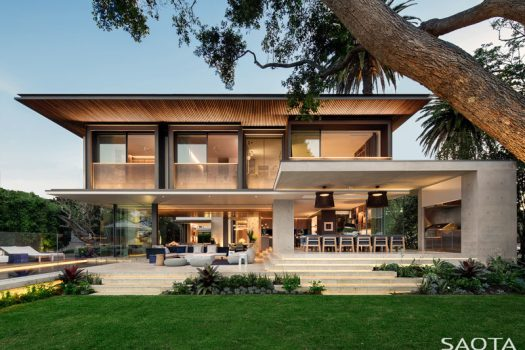 Architecture firm SAOTA, have recently completed a new and modern family home that's set in a north-facing cove in Sydney's harbour. #ModernArchitecture #ModernHouse