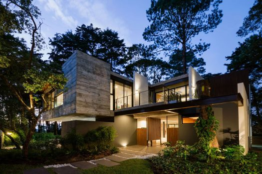 Paz Arquitectura have designed the LP2 House, a modern residence located in a forest in the outskirts of Guatemala City in Guatemala. #ModernHouse #ModernArchitecture #HouseDesign #Landscaping