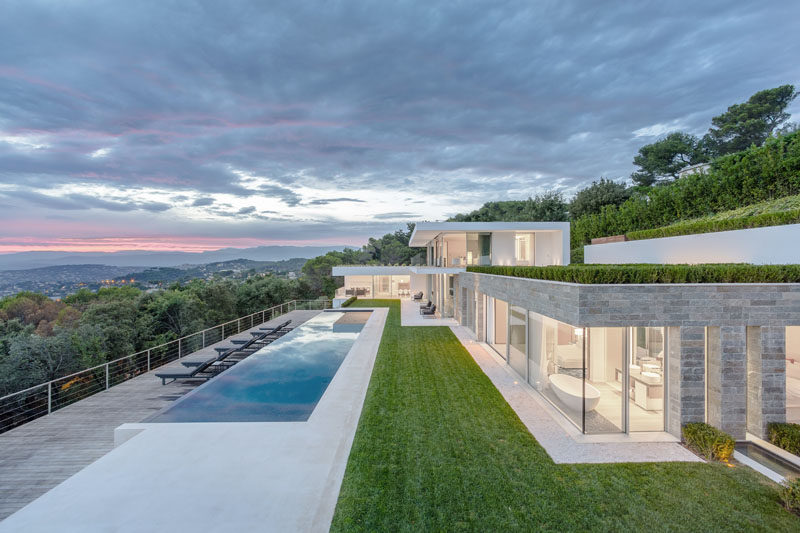 French firm Caprini & Pellerin Architectes, have completed a new contemporary villa that sits on a hillside overlooking the bay of Cannes. #ModernArchitecture #HouseDesign #Villa