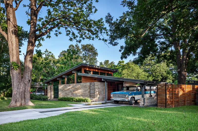 Matt Fajkus Architecture have recently completed the contemporary remodel of an original Mid-Century Modern house in Austin, Texas. #Remodel #MidCenturyModern #Architecture