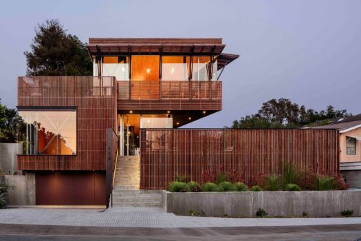This modern house is located on a narrow hillside site, and was built using a concrete and steel structural frame withIpe wood screens, which also assist incooling the house passively with ocean breezes. #ModernHouse #Architecture #WoodScreen