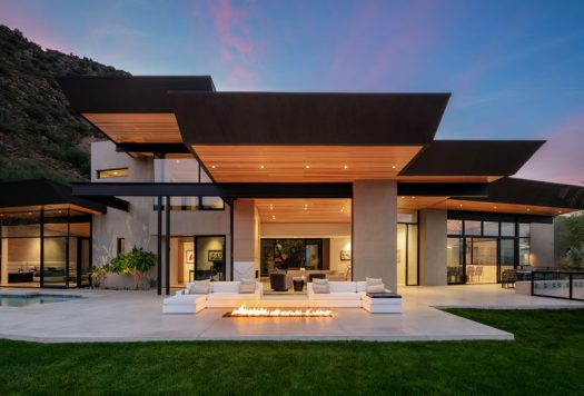 Kendle Design Collaborative have completed a home in Paradise Valley, Arizona, that features angled ceiling planes that radiate out towards the expansive city and mountain views while also defining the various volumes of the home. #ModernArchitecture #HouseDesign