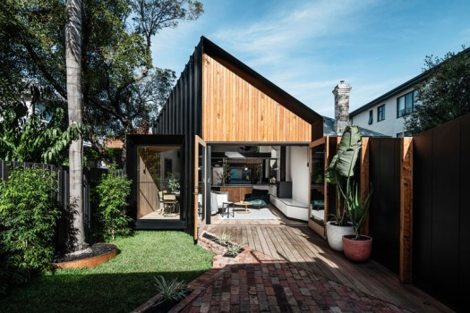 Australian architecture studio FIGR, has designed a modern addition to a house in an inner suburb of Melbourne. #BlackSiding #WoodSiding #ModernAddition #Architecture
