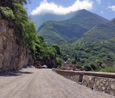 Avanzan trabajos de pavimentación del camino a la cabecera municipal de Atarjea