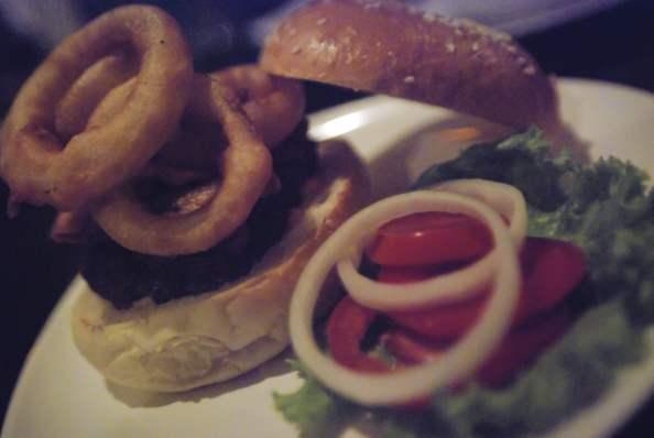 Restaurant Crave Ko Phangan: Un burger qau rondelles d'oignon!