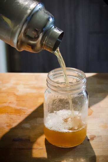 Verser! Le moment avant de boire!