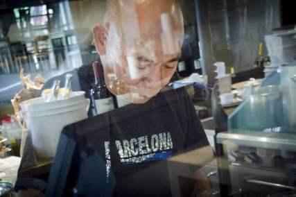 Monsieur Hà, dans sa cuisine