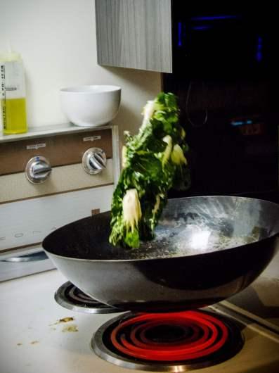 """C'est ça, """"sauter"""" des légumes!"""