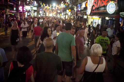 Arnaques en Thaïlande: La foule à Phuket