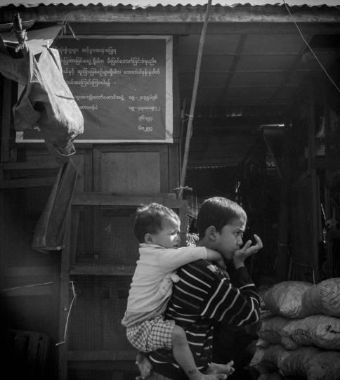 Un enfant et son petit frère