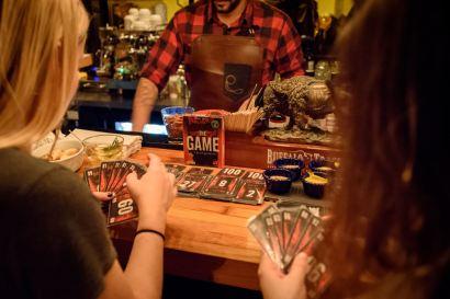 Colonel Moutarde: jeux de cartes, cocktail et bouchées