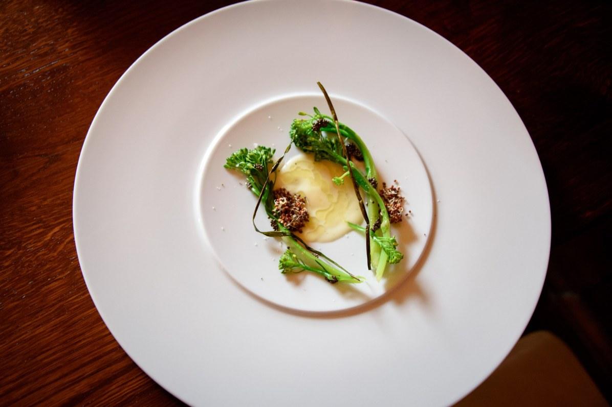 Horváth Restaurant: Brocoli, graines de moutarde germées, ail, crème de chocolat blanc