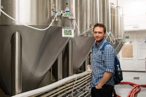 Únětický pivovar - Cedric Lizotte avec de la bière