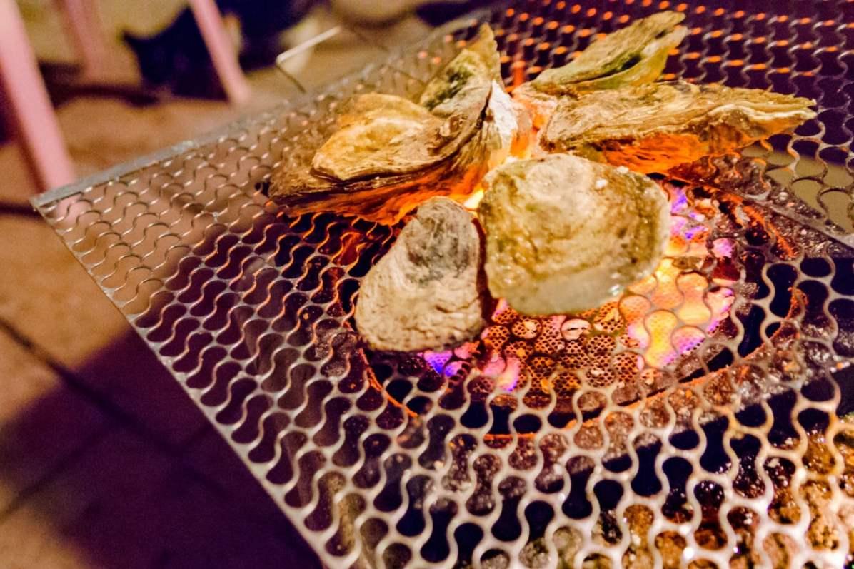 Des huîtres sur charbon de bois - Photo Cédric Lizotte
