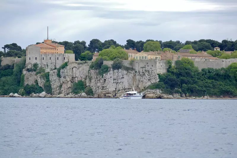 three days in Cannes - Île Sainte-Marguerite with a view of Fort Royal - photo by Bernard DUPONT under CC BY-SA 2.0