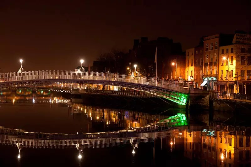 free things to do in Dublin - Ha'penny Bridge at night - photo by LenDog64 under CC BY-ND 2.0