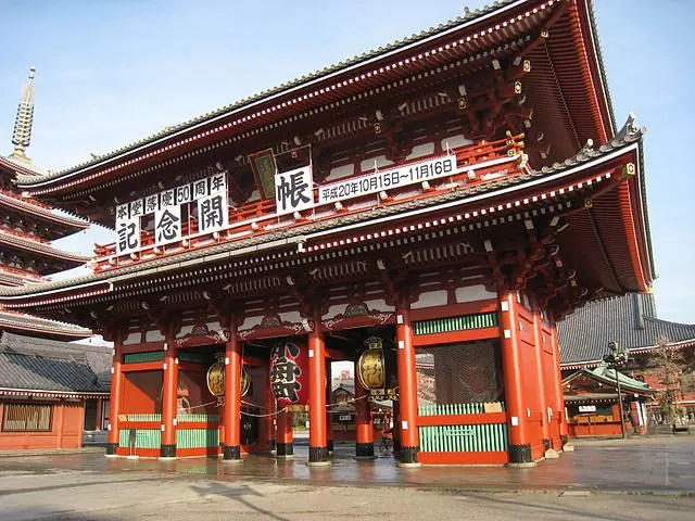 Hōzōmon, inner gate of Sensō-ji - photo by Daderot under PD-self