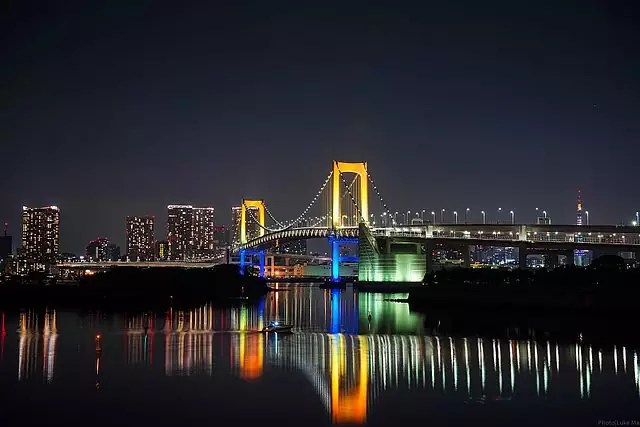 Rainbow Bridge (Tokyo Bay Connector Bridge) at night - photo by Luke Ma from Taipei, Taiwan ROC under CC-BY-2.0