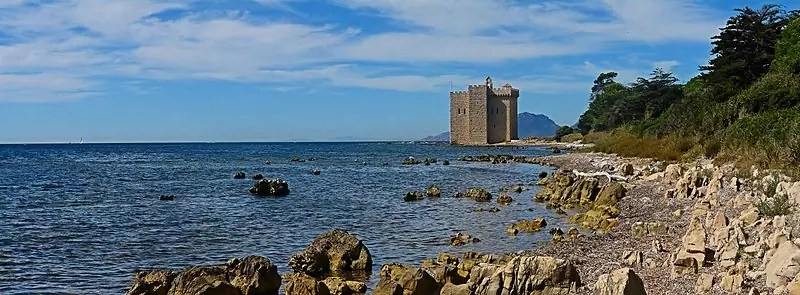 three days in Cannes - Île Saint-Honorat with a view of the fortified monastery of Abbaye De Lérins - photo by Alberto Fernandez Fernandez under GFDL, CC-BY-SA-3.0-migrated and CC-BY-2.5