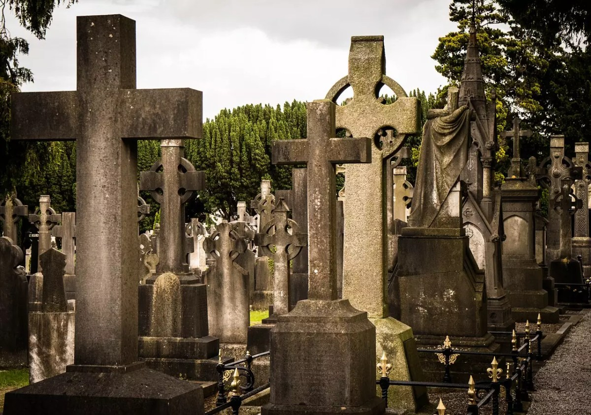 historical sites in Dublin - Glasnevin Cemetery - photo by TuendeBede under Pixabay License