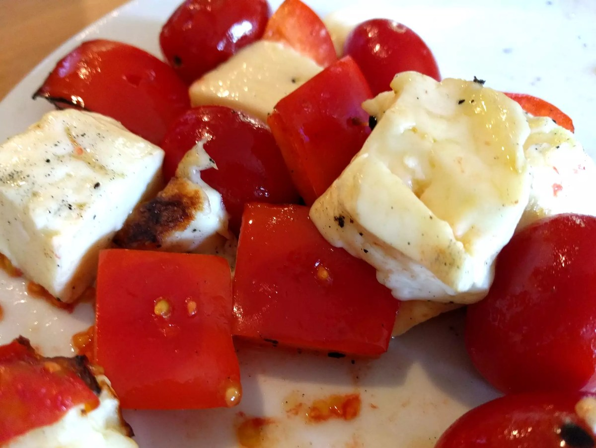 Anthony Bourdain Beirut - Grilled halloumi, peppers and tomatoes - photo by Ruth Hartnup under CC BY 2.0