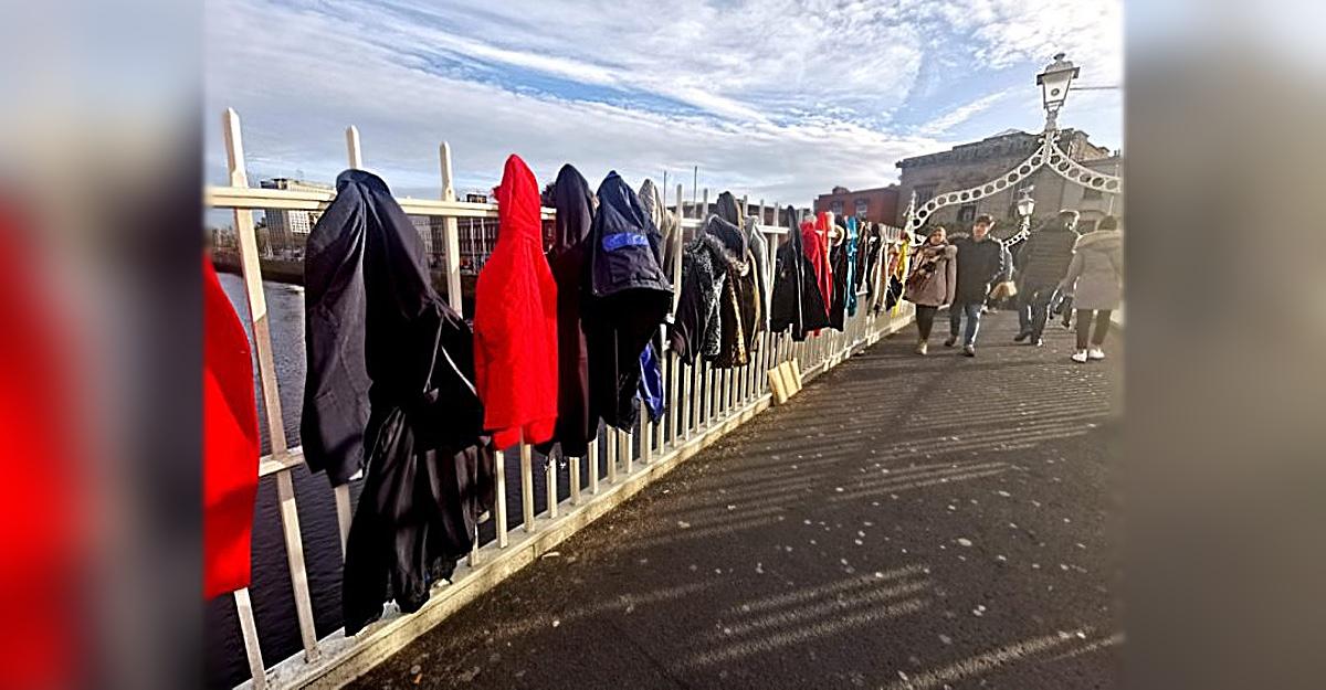 A ponte de Dublin amanhece cheia de casacos doados para aqueles que precisam