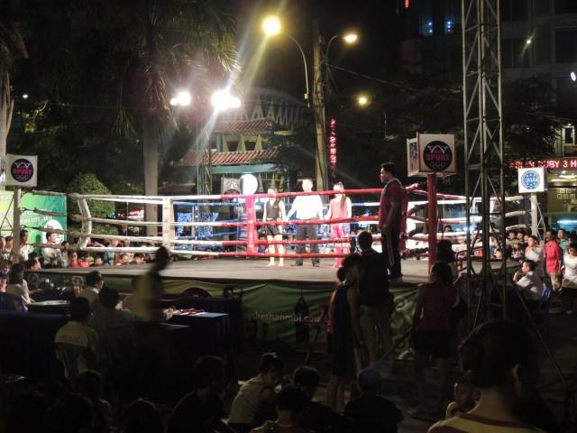 Competição de artes marciais (em uma praça)
