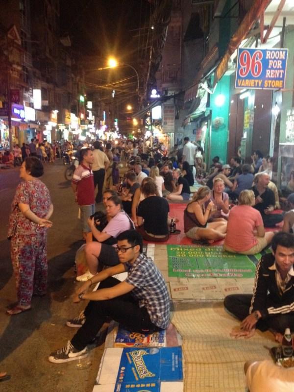 Calçadas da rua Bui Vien todas as noites.