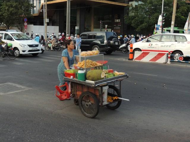 Vendedora de frutas, milhos e etc.