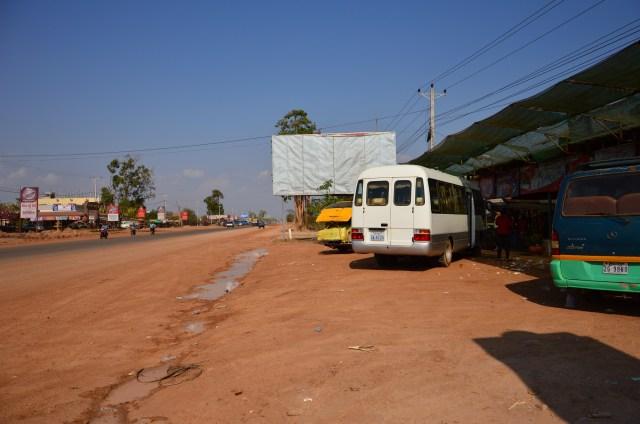 Nosso bus para Siem Reap, Camboja. Usado por locais e turistas. Rápida parada na estrada.