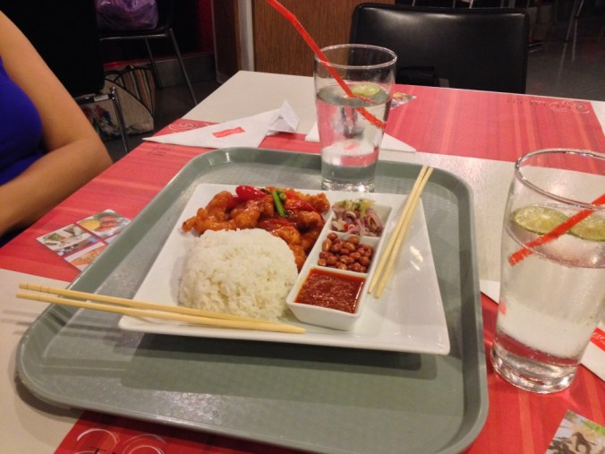 Nossa primeira refeição em Bangkok: arroz com frango sweet & sour (meio doce, meio salgado). Delícia!