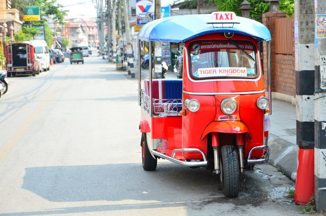 Tuk tuk em Chiang Mai. Esse de três rodas, a gente não experimentou, mas ele é tão bonitinho