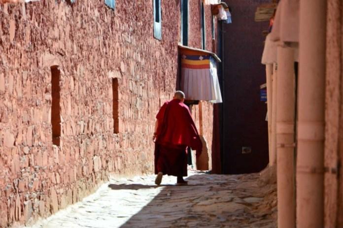 Monge nas ruas de Lhasa
