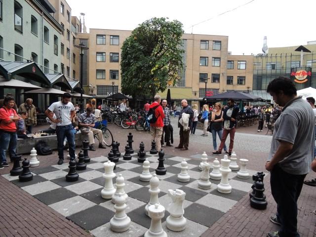 Jogadores de xadrez e tabuleiro gigante