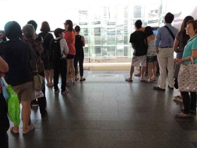Metro - olha que bonitinha a fila esperando o trem. Tem uma sinalização no chão e as pessoas seguem certinho.