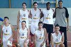 Ο Γιάννης και ο Θανάσης Αντετοκούνμπο με παίκτες και παίκτριες του Φιλαθλητικού, το 2011. Κάτω δεξιά, η δημοσιογράφος του Contra.gr, Αγγελική Κατσίνη, η οποία μας παραχώρησε και τη φωτογραφία