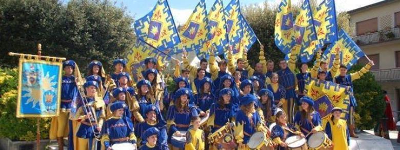 Gruppo sbandieratori e musici contrada la madonnina