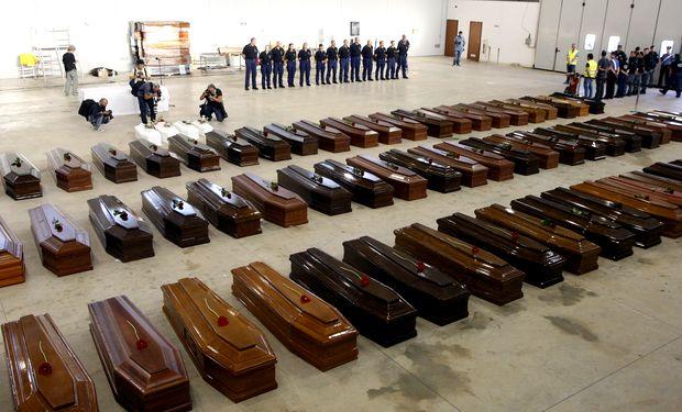 Ataúdes de las víctimas del naufragio, en el aeropuerto de Lampedusa, este 5 de octubre de 2013.
