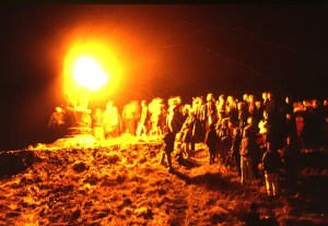 """BurningOfTheClavie2(AnneBurgess)Jan1984"" by Anne Burgess - From geograph.org.uk. Licensed under CC BY-SA 2.0 via Wikimedia Commons"