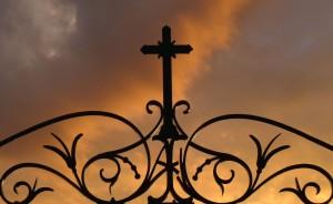 croix-du-cimetire-au-soleil-couchant-2501e569-08bd-4c24-97fc-eb6d776e63d6