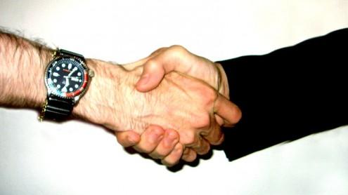 Poignée de mains négociation accord (Crédits  Lucas, licence Creative Commons)