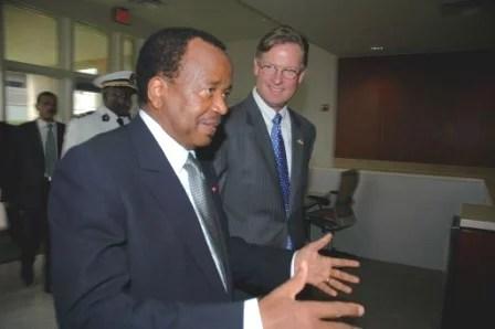 Le président camerounais Paul Biya, avec l'ambassadeur américain R. Niels Marquards (US Embassy Yaounde, libre de droits)