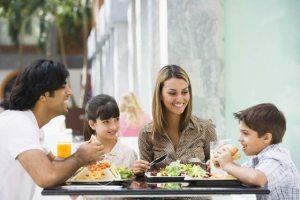 Famille alimentation repas (Crédits Tetra Pak, licence Creative Commons)