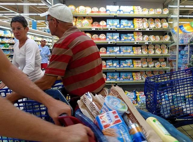 Consommateurs au supermarché (Crédits Luc Legay, licence Creative Commons)